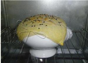 酥皮番茄浓汤 ,放入预热好200度的烤箱7-8钟表面烤至饼皮金黄即可