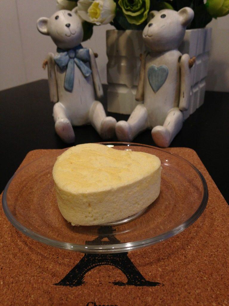 小C的芒果威风蛋糕,烤好后的蛋糕从烤箱里取出来,立即倒扣在冷却架上,直到冷却后,脱模;