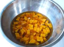 南瓜百合银耳米糊,南瓜去皮去瓤洗净,切成小块,用清水浸泡