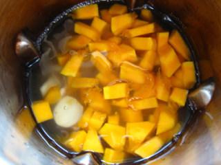 南瓜百合银耳米糊,所有材料一起倒入豆浆机内,水不够就再加清水。米糊键。