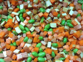 毛豆炒三丁,如图再下毛豆和胡萝卜翻炒