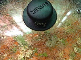 毛豆炒三丁,如图炒至毛豆变色皱皮时加少少水盖盖闷3分钟