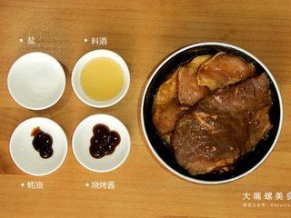 你绝对没吃过的螺蛳粉汉堡,牛排肉/猪排肉,加入盐,料酒,蚝油,烧烤酱腌制十五分钟以上,备用