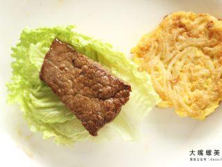 你绝对没吃过的螺蛳粉汉堡,将准备好的生菜铺在一块煎好螺蛳粉鸡蛋饼上,放上煎好的牛排/猪排
