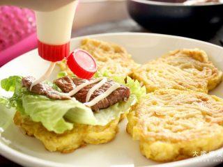 你绝对没吃过的螺蛳粉汉堡,在牛排/猪排肉上淋上一层沙拉酱