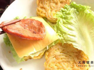 你绝对没吃过的螺蛳粉汉堡,再加上一片火腿片。(小编的最爱)