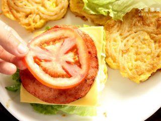 你绝对没吃过的螺蛳粉汉堡,别忘了还有酸甜开胃的番茄片。(其实小编一直很想知道,番茄是属于水果还是蔬菜 - -)