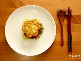 你绝对没吃过的螺蛳粉汉堡,最后盖上一片螺蛳粉鸡蛋饼,一个美味的螺蛳粉中式汉堡就完成了。(作为一个颜控,就冲着这颜值,小编先流口水为敬(¯﹃¯)了)