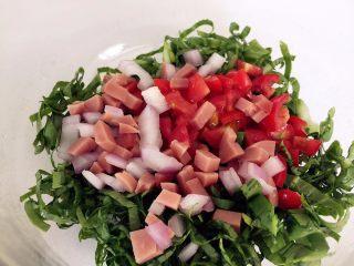 营养多彩烘蛋-偷懒也能做出好味道,将小青菜去菜梗,将叶子切细条,加入圣女果、洋葱、火腿丁