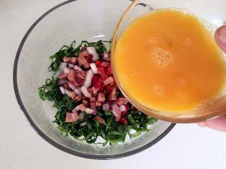 营养多彩烘蛋-偷懒也能做出好味道,加入搅拌均匀的鸡蛋液和少许橄榄油