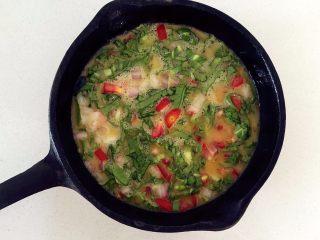营养多彩烘蛋-偷懒也能做出好味道,把搅拌好的蛋液倒入