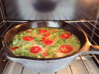 营养多彩烘蛋-偷懒也能做出好味道,放入烤箱,180度20分钟左右 ps:烘烤时间会根据每个人烤箱温度的不同,和鸡蛋饼厚度变化,最后按上去已经有硬硬的手感的就可以了