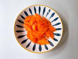 青椒炒花菜,胡萝卜切菱片
