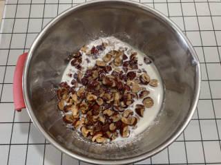 免烤箱搅一搅就能做红枣糯米糕,加入牛奶搅拌