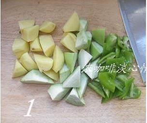 地三鲜,土豆去皮洗净,切成小块;茄子和尖椒也洗净,切成小块;