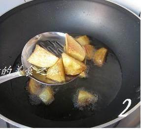 地三鲜,炒锅烧热倒入约2杯油(约500克),烧至6成热,将土豆块放入油锅中,待土豆炸至金黄熟透,将土豆捞出,沥油备用;