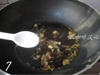 地三鲜,加适量盐调味,大火将锅中的料汁煮滚;