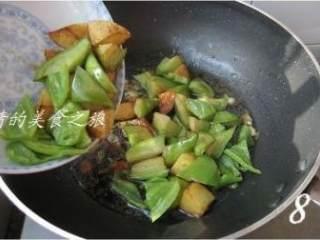 地三鲜,倒入炸好的食材炒匀;