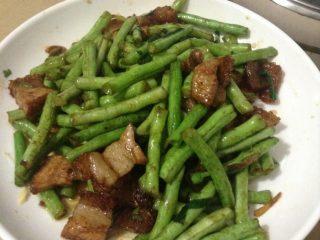 烧肉炒豆角,洗干净锅,撒上油,把烧肉放进锅里翻炒,倒入豆角,加入蚝油,翻炒,即可