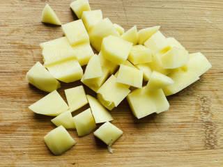 土豆香菇焖鸡,土豆去皮洗净切小块