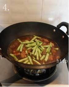 四季豆烧排骨,放入完全淹过排骨的热水,大火,煮约10分钟后下入四季豆,再煮约30分钟;