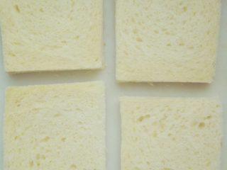 芝士火腿西多士,将切片面包四边切掉