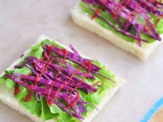 蔬菜总荟三明治,紫甘蓝切成丝,铺在生菜上面,上面挤一层 。