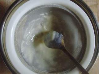 蓝莓蛋挞,过筛2-3次,使其完全顺滑(过筛的时候会有面粉颗粒,用勺子刮几下);