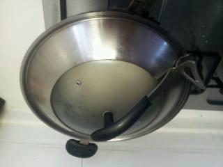 芥菜炒粉干,盖上锅盖煮1分钟先