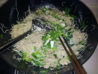 芥菜炒粉干,放鸡精,葱在炒两三分钟