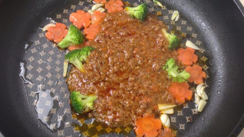 罗马肉酱炒意面,加热好的罗马肉酱剪开倒入锅中炒至油水充分混合