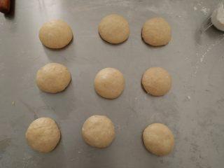 全蛋吐司,发酵好的面团排气后分成9等份,盖上保鲜膜松驰15分钟。