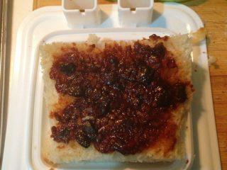 自制三明治,一片面包放在下面,刷上辣酱