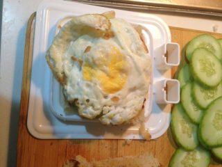 自制三明治,铺上鸡蛋