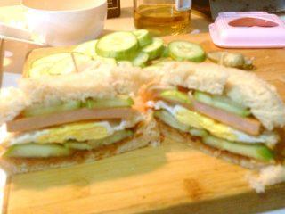 自制三明治,沿对角线切开