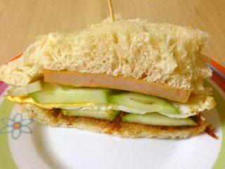 自制三明治,自己做的面包就不像买的那样能切好。可能是我刀不行?总是切的偏厚,卖相不好,味道还是不错的!
