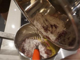 红丝绒蛋糕卷,把已过筛的粉类倒进奶锅里继续搅拌均匀
