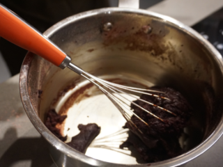 红丝绒蛋糕卷,关火,继续搅拌直至面团变得光滑,然后把面团转移到另一个料理盆里