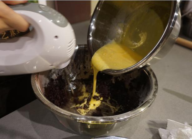 红丝绒蛋糕卷,把蛋黄和全蛋分次倒入装面团的料理盆,用电动打蛋器低速搅拌至面糊无颗粒