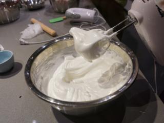 红丝绒蛋糕卷,蛋白打发到最后换回低速打发,以打蛋器能拉起大弯钩,盆子倒扣时蛋白不会倒下即可