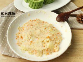 苦瓜酿土豆泥,取出事先准备好的洋葱、火腿胡萝卜块放入土豆泥中搅拌混合