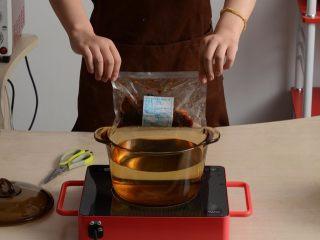 千页豆腐红烧肉盖浇饭,料包放入开水中水煮加热15分钟