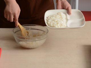 千页豆腐红烧肉盖浇饭,米饭盛入盘中打松散待用
