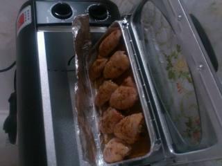 家庭烤翅,烤盘铺锡纸,把鸡翅摆放均匀。