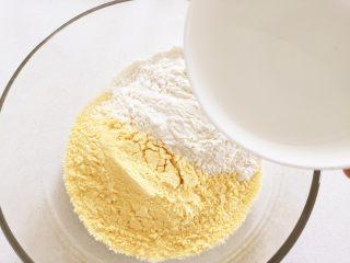 彩蔬虾仁蒸玉米挞—让宝宝直接端着玉米小碗开动吧!,把玉米粉和面粉混合后,加入温水搅拌。