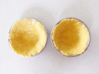 彩蔬虾仁蒸玉米挞—让宝宝直接端着玉米小碗开动吧!,尽量薄一点,比较容易熟,口感也会好一点,如果家里有蛋挞模具的,也可以直接装入蛋挞模具中。