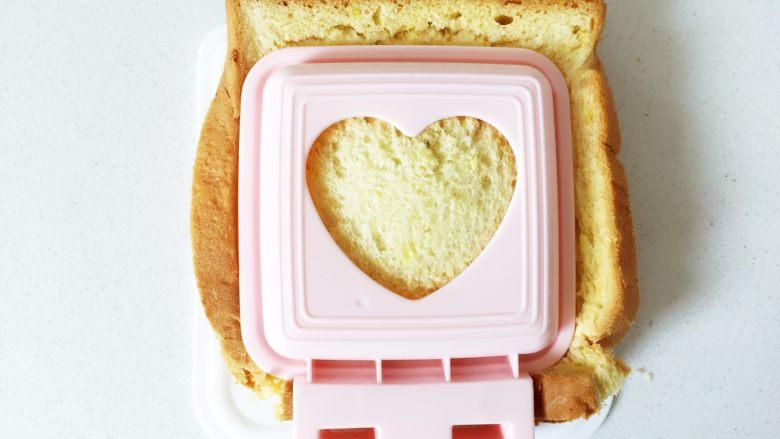 牛油果香蕉口袋面包—易携带宝宝三明治,牛油果和香蕉很搭哦......,盖上三明治模具上片,用力向下扣压停留一会,直至吐司边被压扣下来为止。