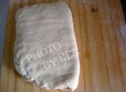 酥皮,用另一半面包裹住面团,压出气体,封好边缘
