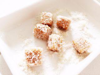 """米粉""""布丁""""—可以抓在手上吃的米糊7M ,家里有无添加椰蓉的,也可以在外面裹一层椰丝当小点心吃哦! ps:如果不是无添加的椰丝,小宝宝就不建议食用哈。"""