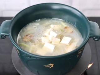 鲈鱼炖豆腐,加入焯过水的豆腐,大火继续炖5分钟左右。
